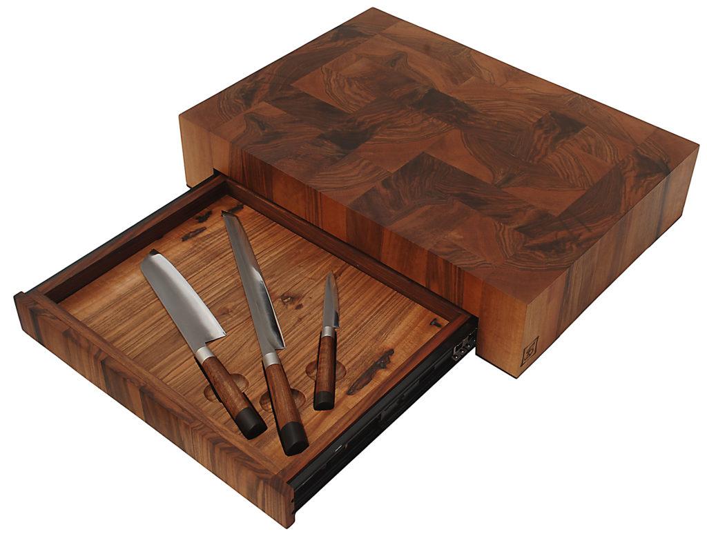 Tagliere con cassetto progettato e realizzato interamente a mano da Stefano Raffa