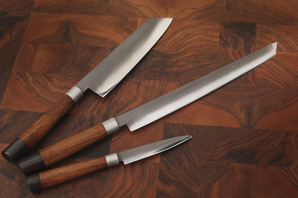 Tagliere con coltelli progettato e realizzato interamente a mano da Stefano Raffa